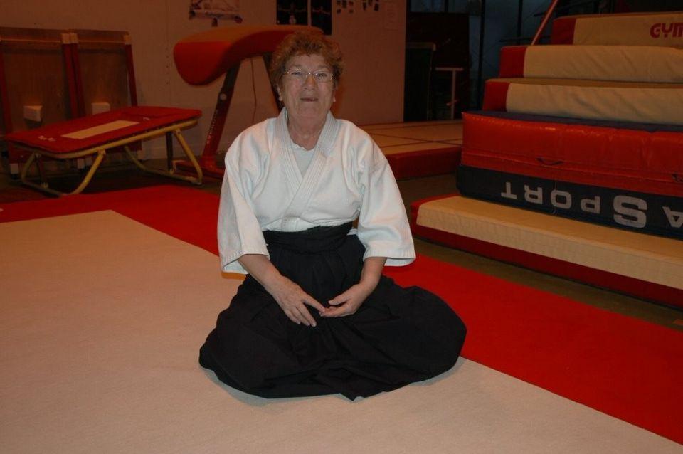 Bel Hommage à Odette une des plus ancienne adhérente du Club d'Aïkido de Voisins qui nous a quitté en début d'année <br />A voir dans le journal de Bois D'Arcy en page 19 : http://www.boisdarcy.fr/MAGAZINE-N36-MAI-18.pdf<br /><br />Odette Bourion, doyenne d'aïkido nous a quittés le 10 février<br />dans sa 82ème année : hommage<br />Le secret de sa longévité ? La pratique de sa passion, dans la joie, l'enthousiasme et la bonne<br />humeur, depuis plus de 30 ans. Odette a surtout été la première femme à décrocher sa ceinture<br />noire 1ère dan dès 1982 puis sa 2e<br /> en 1996 au sein du club d'Aïkido de Bois d'Arcy. Elle a assisté son<br />mari et professeur Claude Bourion pendant 15 ans auprès des jeunes (5-12 ans) et seniors (+60ans)<br />à Bois d'Arcy mais également Villiers-Saint-Frédéric. DEPUIS 1998 ELLE CONTINUAIT DE TRANSMETTRE SA PASSION ET SES CONNAISSANCES AU SEIN DU CLUB DE VOISINS LE BRETONNEUX  et n'a pas cessé de<br />pratiquer jusqu'à l'âge de 74 ans. De nombreux Arcisiens se souviennent de cette période hors<br />du commun avec émotion. Le Magazine de la ville a souhaité ici lui rendre un dernier hommage