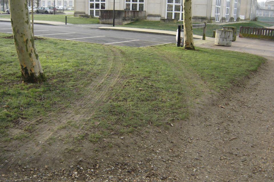 Bonjour<br /> Une petite question aux personnes de la Mairie ; Pourquoi ces bornes en Béton Affreuses tout autour du Bassin de la Sourderie – qui de toutes façon n'empêchent en rien la pénétration de véhicules sur les espaces verts ( voir photos)