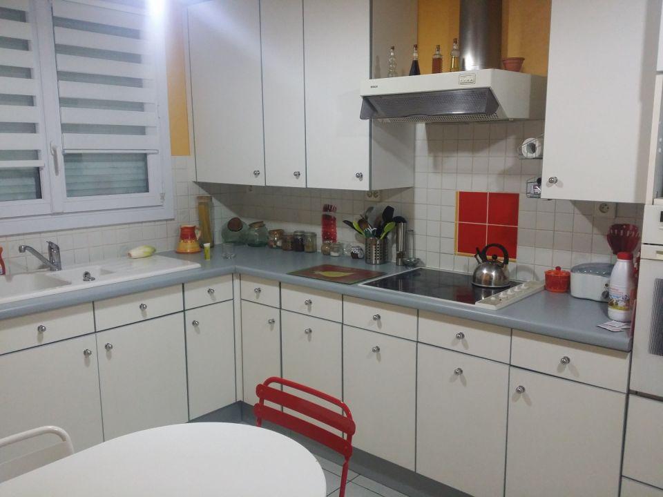 Cuisine complète bon état à récupérer pour 250€ à partir de mi mars.<br />12 éléments de cuisine dont :<br />- 1 Meuble avec 6 rayons coulissants<br />- 5 meubles accrochés dont 1 porte vitrée<br />- 3 meubles bas dont 1 casserolier, 1 angle avec tiroir tournant<br />- 1 colonne de four<br />- 1 hotte et les plaques de cuisson<br />Les meubles seront décrochés.